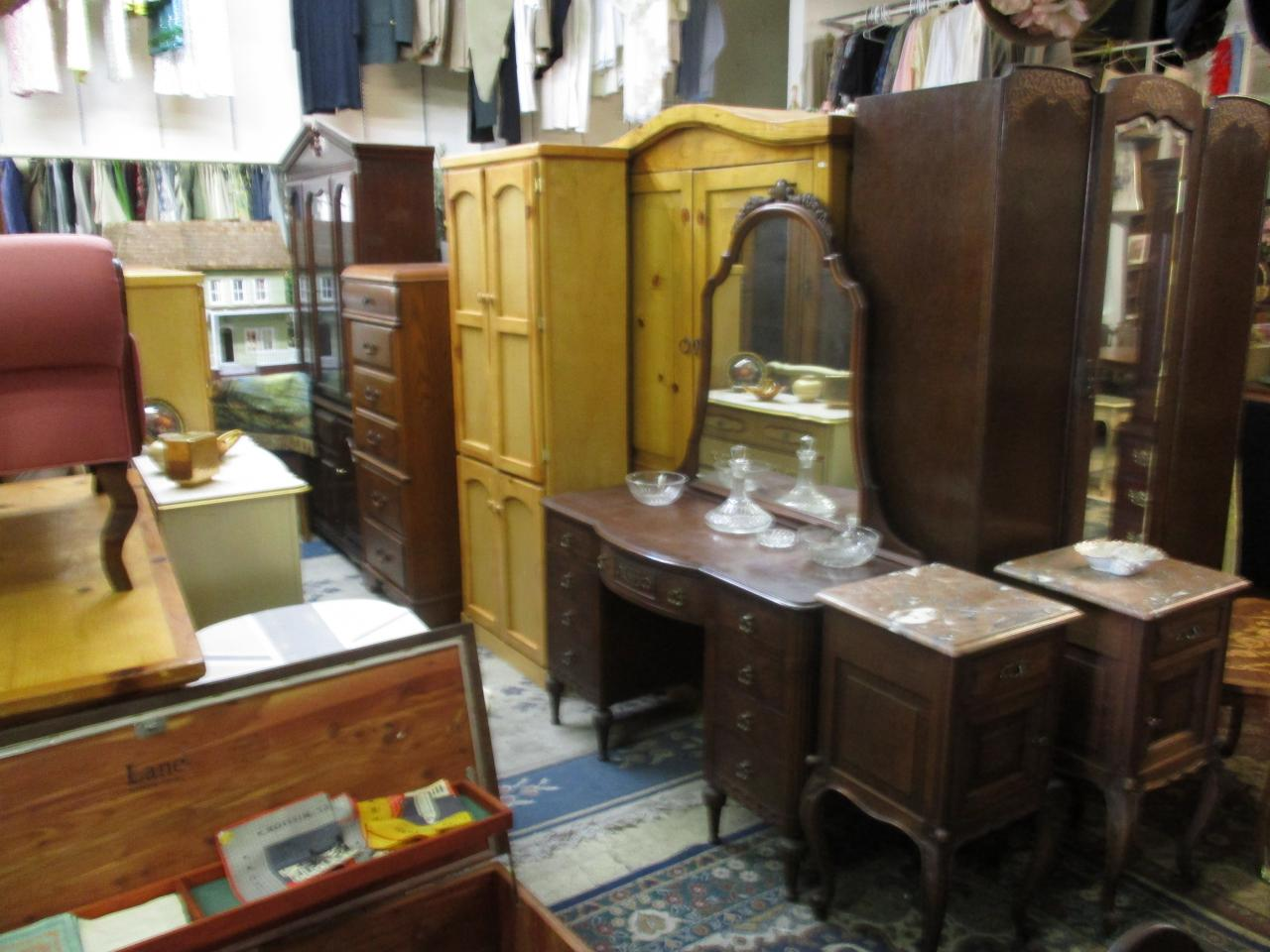 ... Used furniture Antique Mahogany Vanity ... - Cheap - Thrift Shop @ Cheap, 25408 Narbonne Ave., Lomita, Torrance